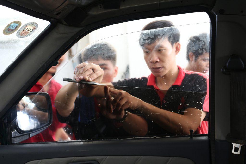 Học viên thực hành dán phim cách nhiệt